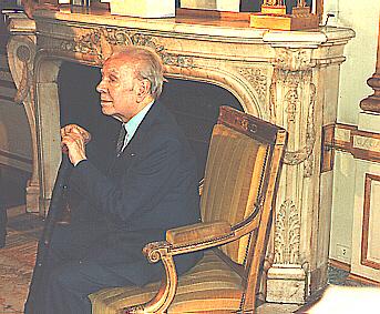 """Borges receiving """"La Legion d'honneur"""" (Paris 1983)"""